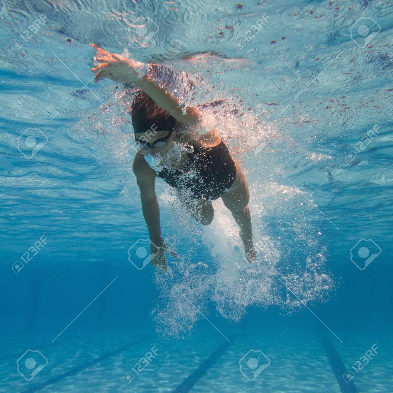 クロール泳者の水中撮影 の写真素材・画像素材 Image 54797082.