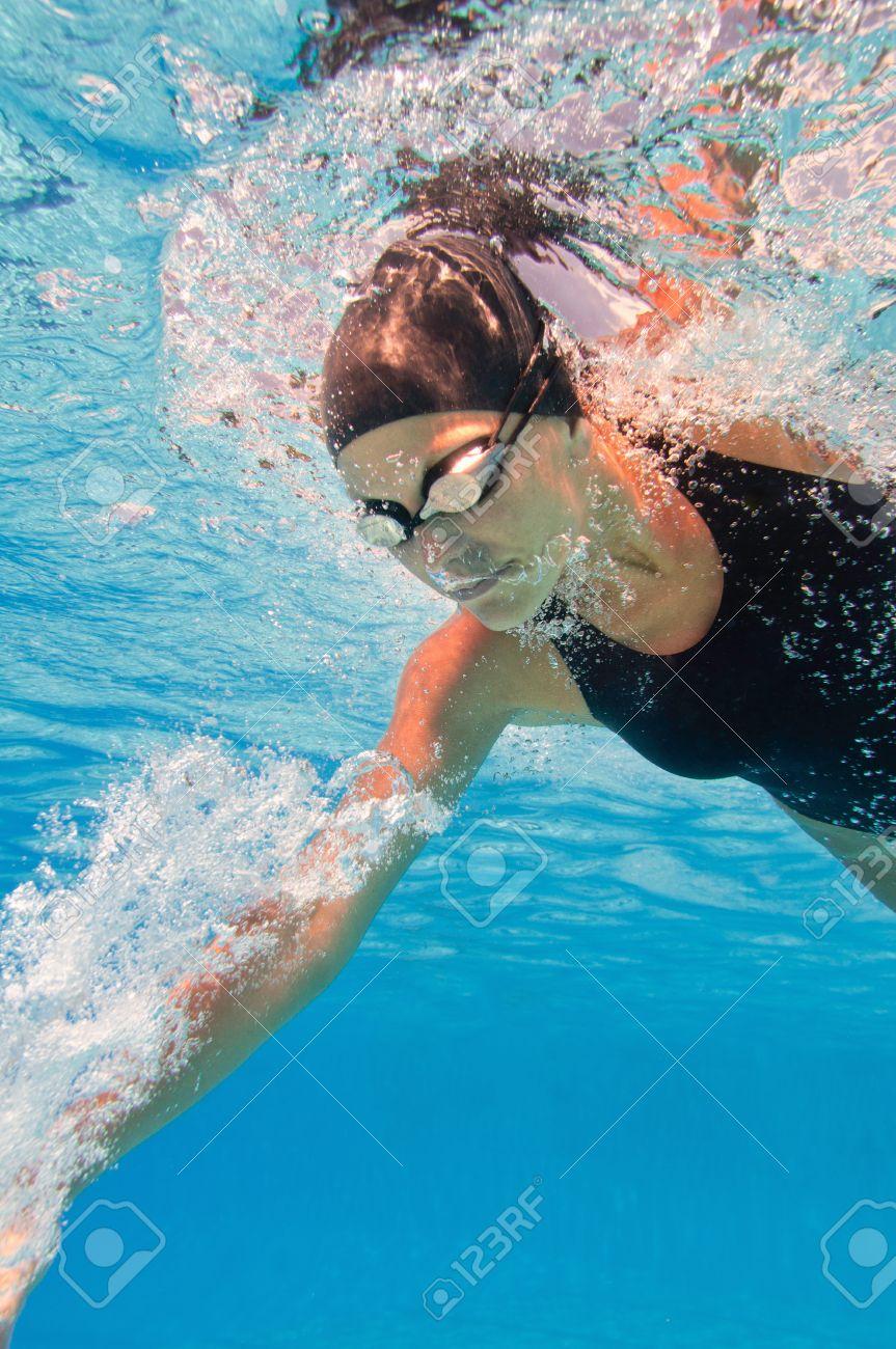 クロール泳者の水中イメージ の写真素材・画像素材 Image 54797095.