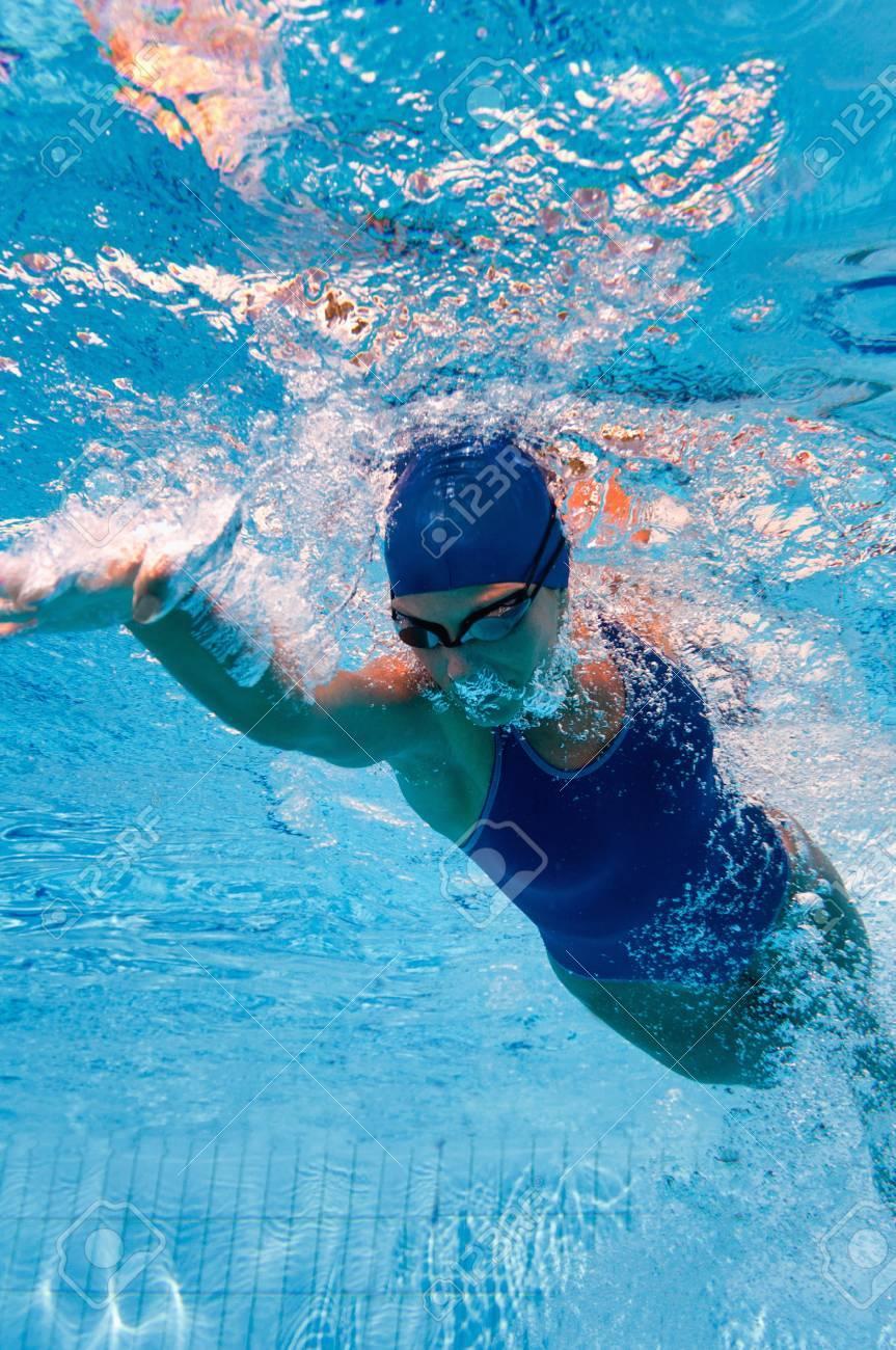 下からクロール泳者 の写真素材・画像素材 Image 57134099.