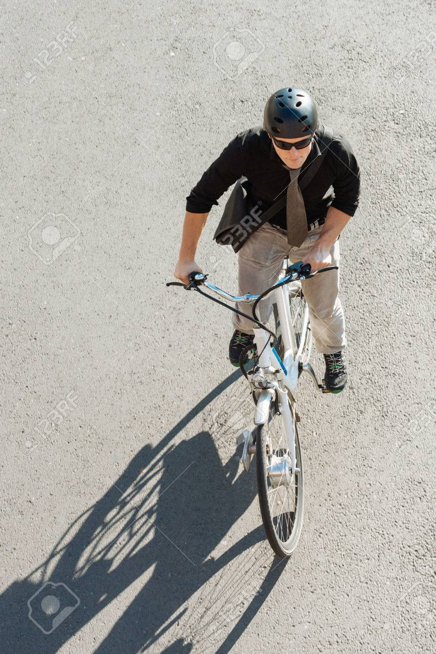 Kühler Junger Mann Elektro-Fahrrad Mit Zur Arbeit Zu Gehen. Blick ...