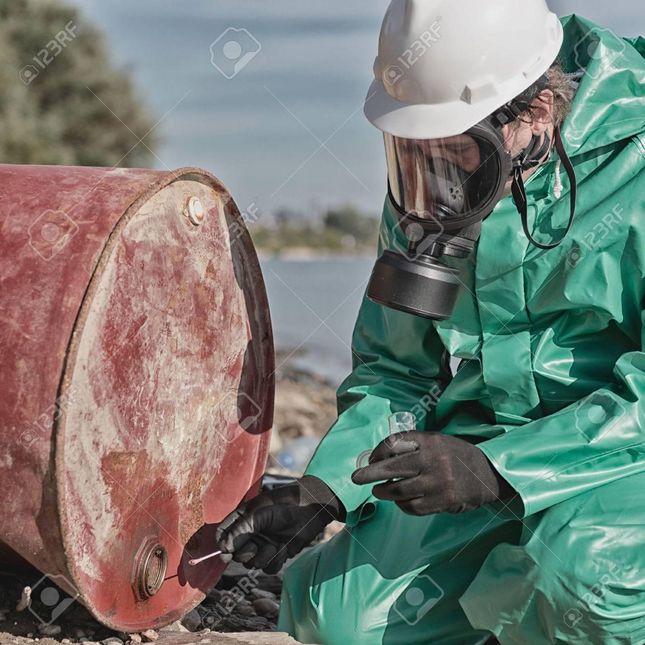 Oficial De Control De La Contaminación Tomando Muestras En El Campo ...