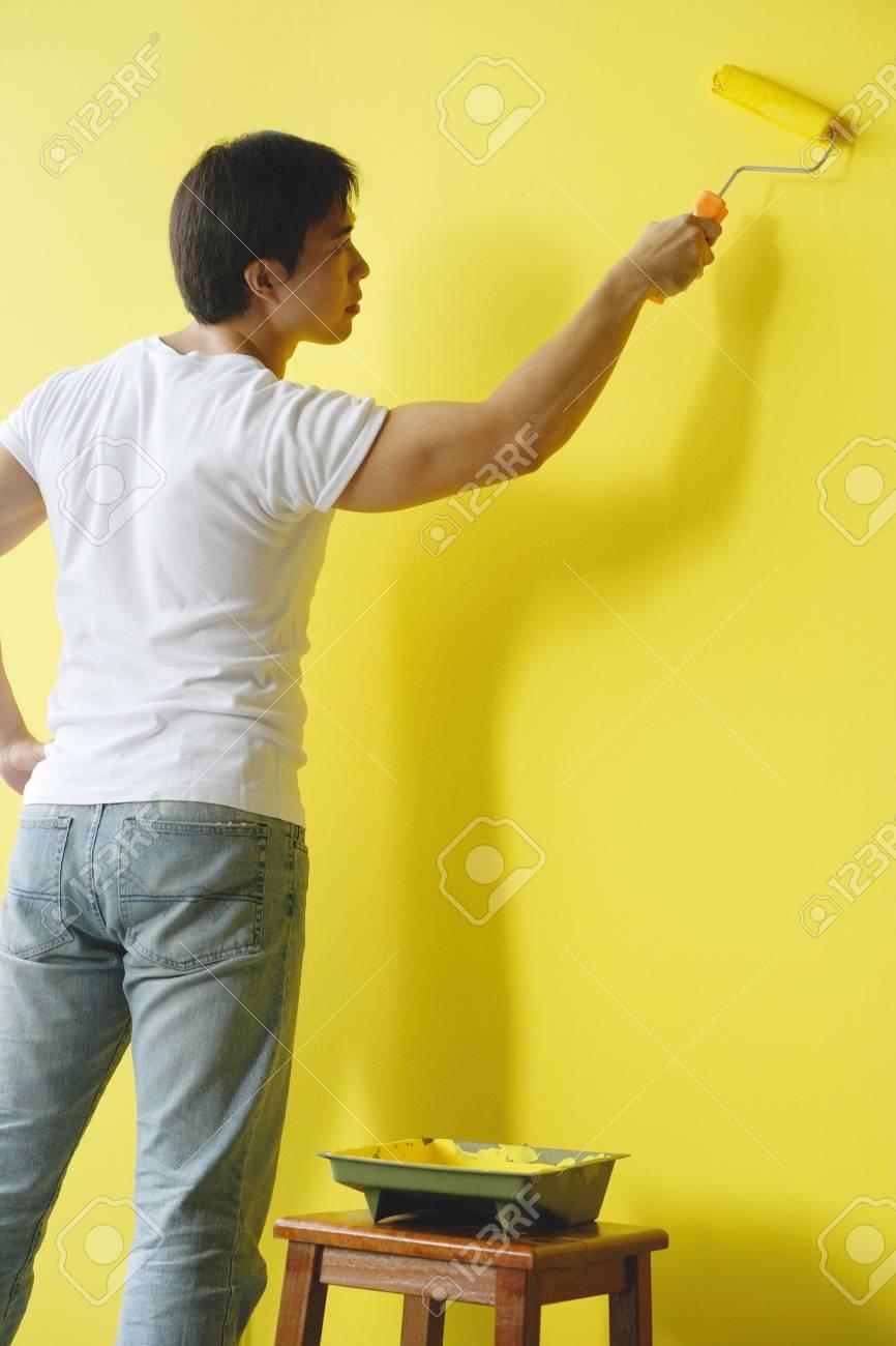 Homme Peinture Mur à Jaune Peinture