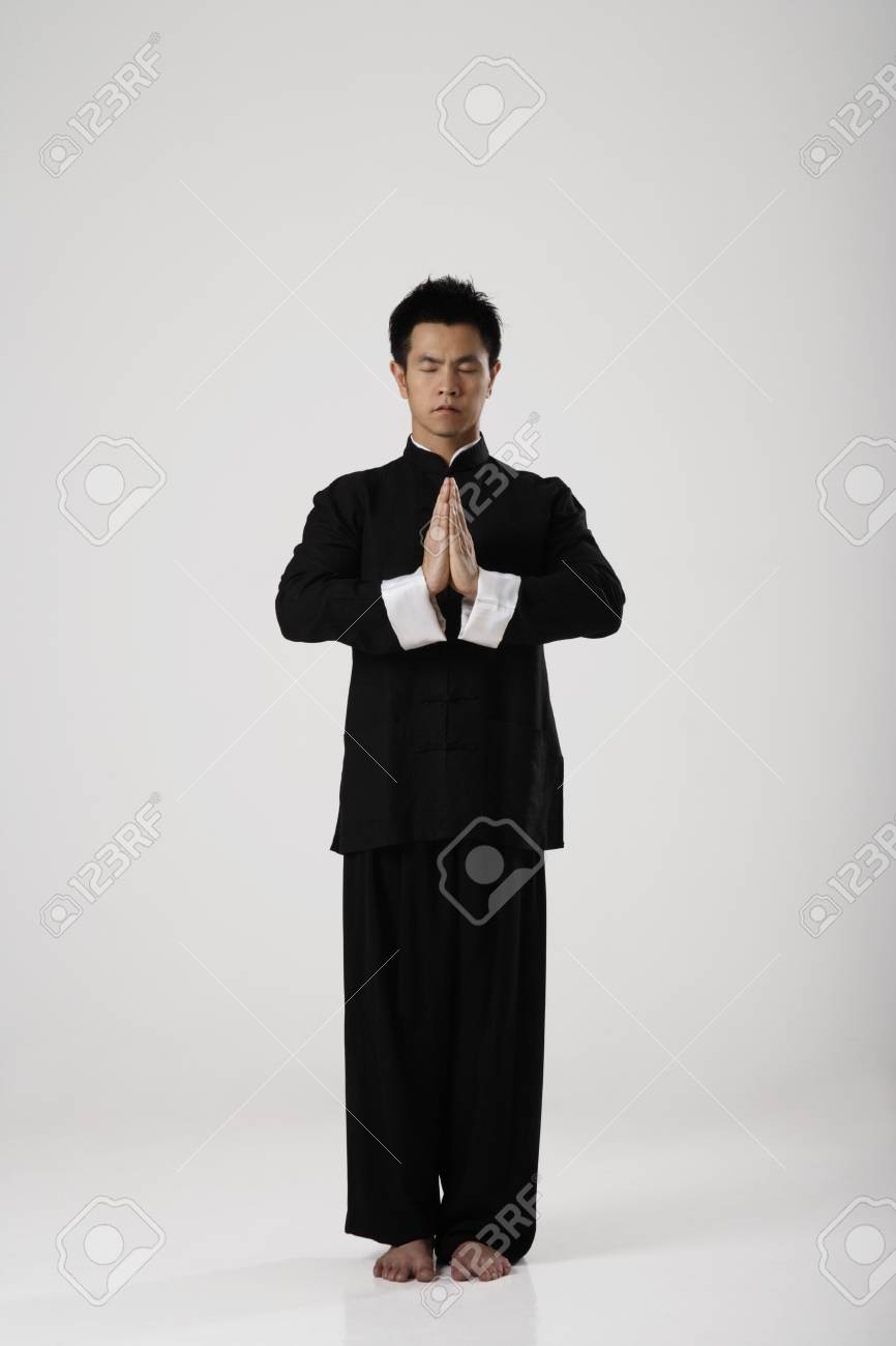 Homme Meditant Portant Des Vetements Traditionnels Chinois Banque D