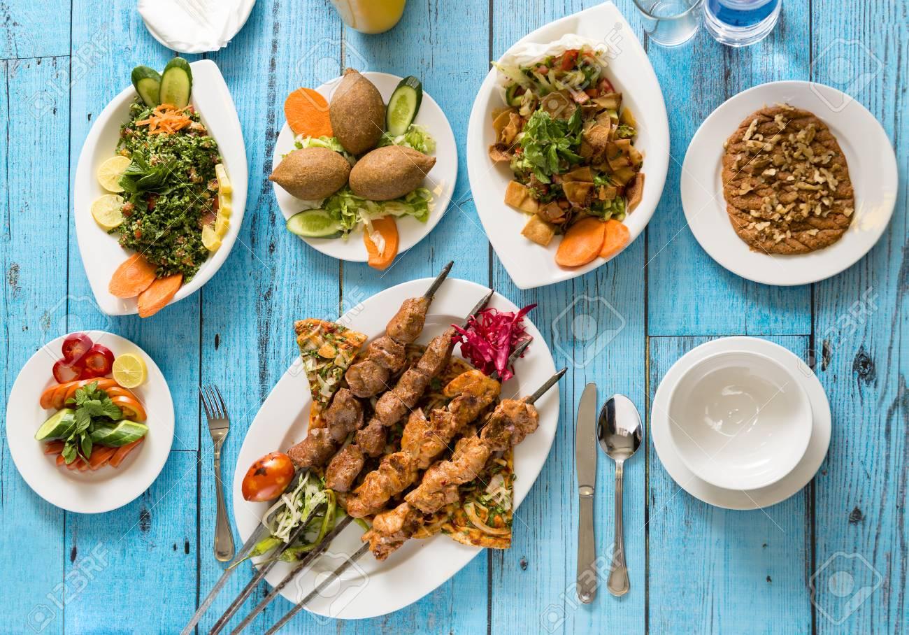 Cuisine Syrienne Traditionnelle Kebab Grille Et Shish Taouk Avec Salades