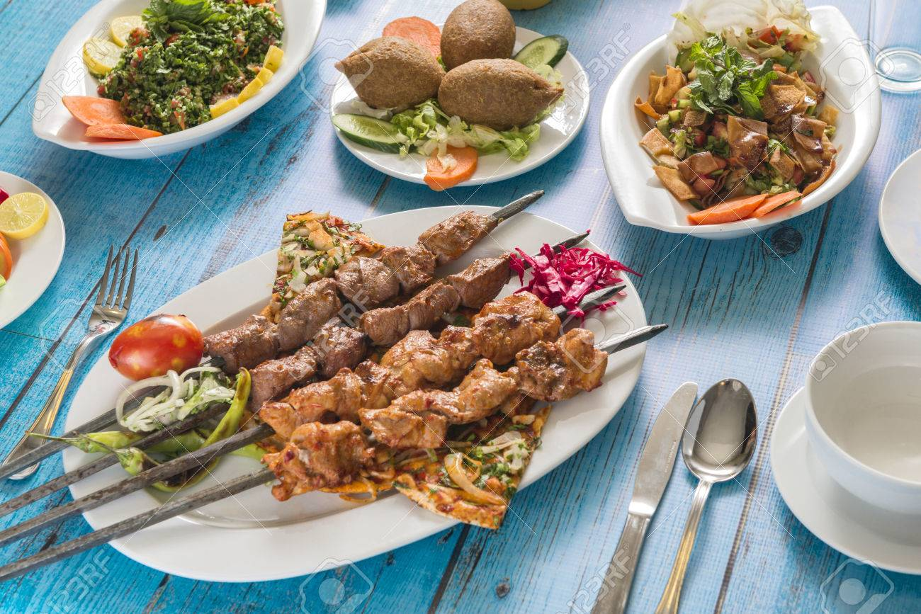 Cuisine Syrienne Traditionnelle Kebab Grille Aux Salades