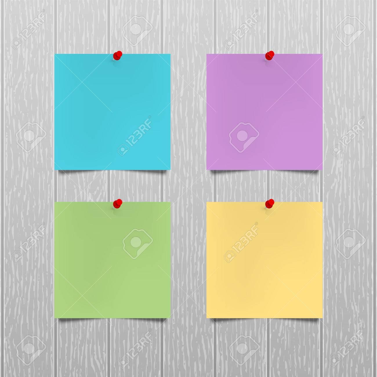 Couleur Avec Du Rouge des feuilles de papier de couleur avec un rouge punaises accrochées sur un  mur en bois gris. ébauches vides, des notes. entreprise de bureau modèle