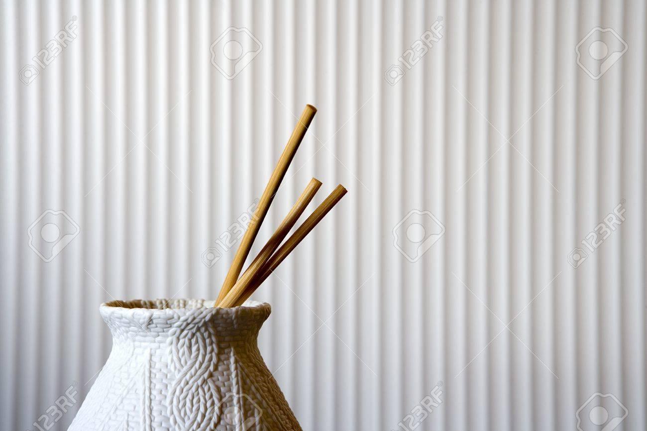 Jarrón decorativo con los palillos Foto de archivo - 14253343