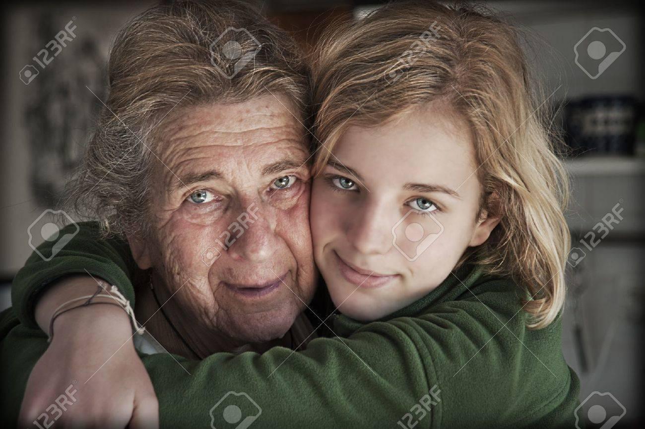 Retrato de la abuela feliz con su nieta Foto de archivo - 14827683
