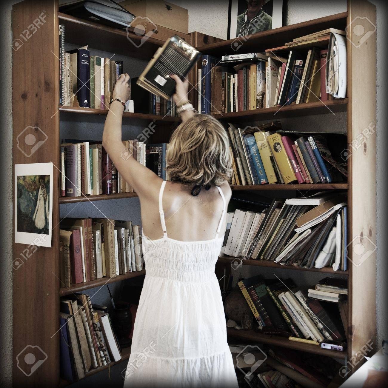Chica rubia ordenar la biblioteca Foto de archivo - 14755144