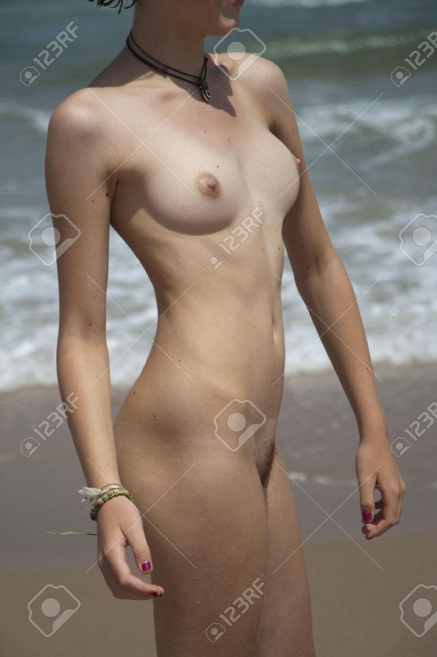 Frente al mar chica desnuda joven Foto de archivo - 14755136