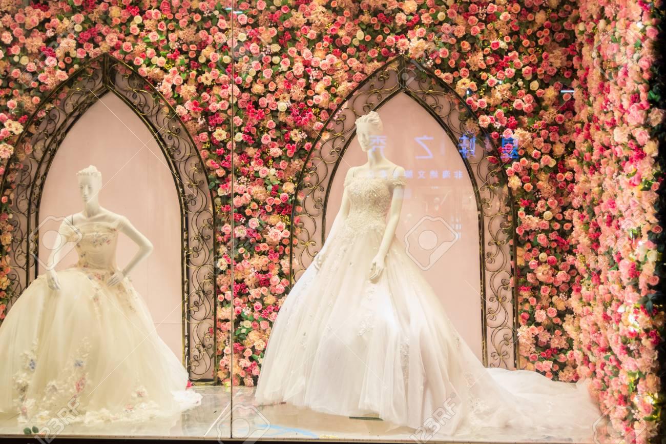 4b1e62151f5 Foto de archivo - Vestidos de novia en maniquí en el escaparate.  Exquisitamente decorado escaparate.