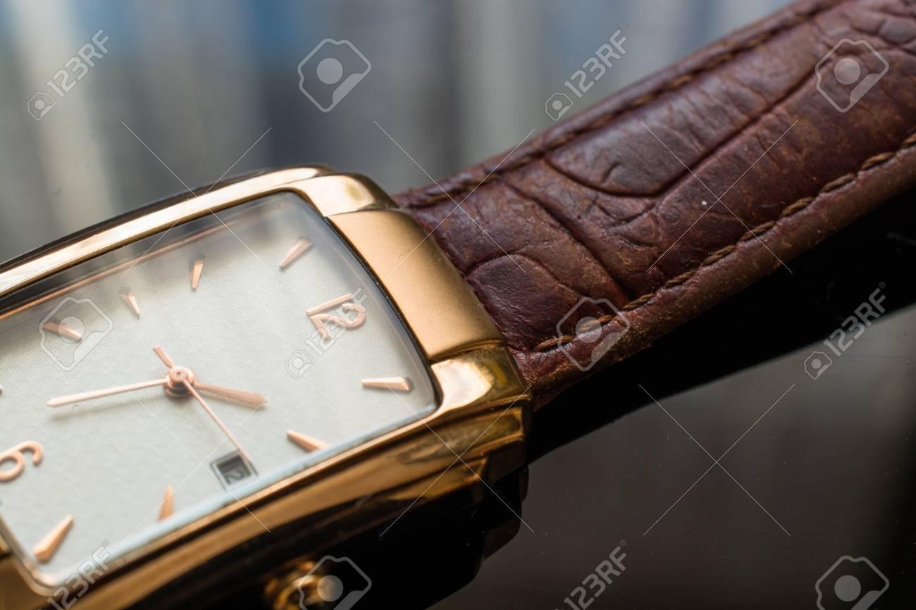 mejores telas comprar comparar el precio Reloj de pulsera de oro de los hombres sobre un fondo negro. Reloj de  pulsera clásico para hombre con correa marrón.