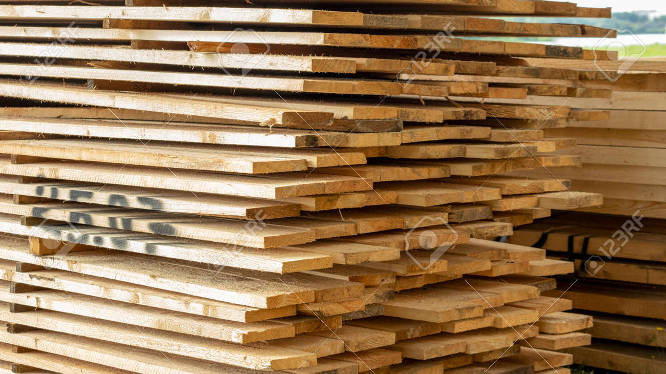 Wooden planks are laid with the end part stacked on top of each other - 153110264