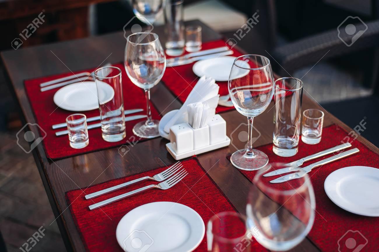 Mesa Bellamente Decorada Preparación Para La Cena Terraza De Verano Café En La Calle Platos Limpios