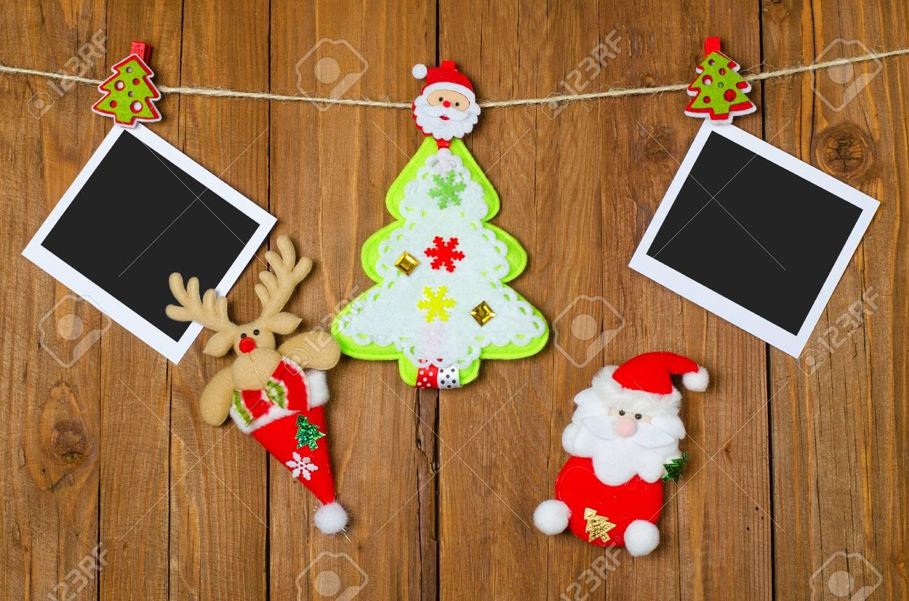 Marcos Para Fotos De Arbol De Navidad.Decoraciones De Navidad Y Marcos De Fotos En Blanco En El Fondo De Madera Decoraciones Para El Arbol De Navidad Colgando De Pinzas Para La Ropa
