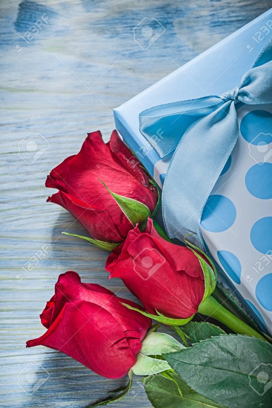 Rosas Rojas Perfumadas Azules De La Caja De Regalo En Concepto De