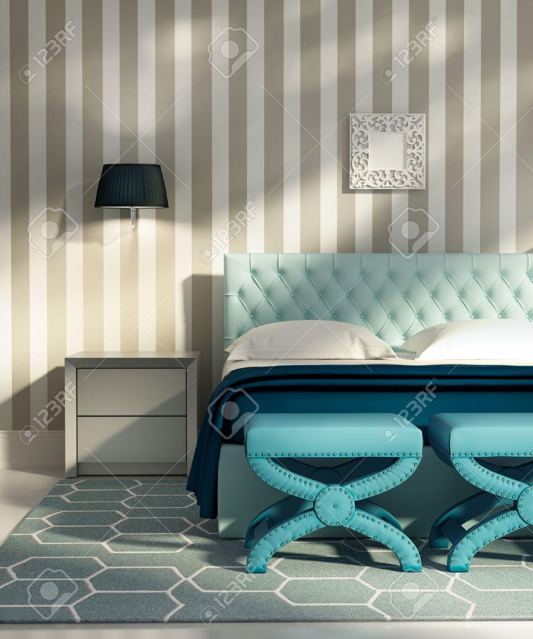 Samtida elegant lyx sovrum med blå stolar och en randig tapet ...