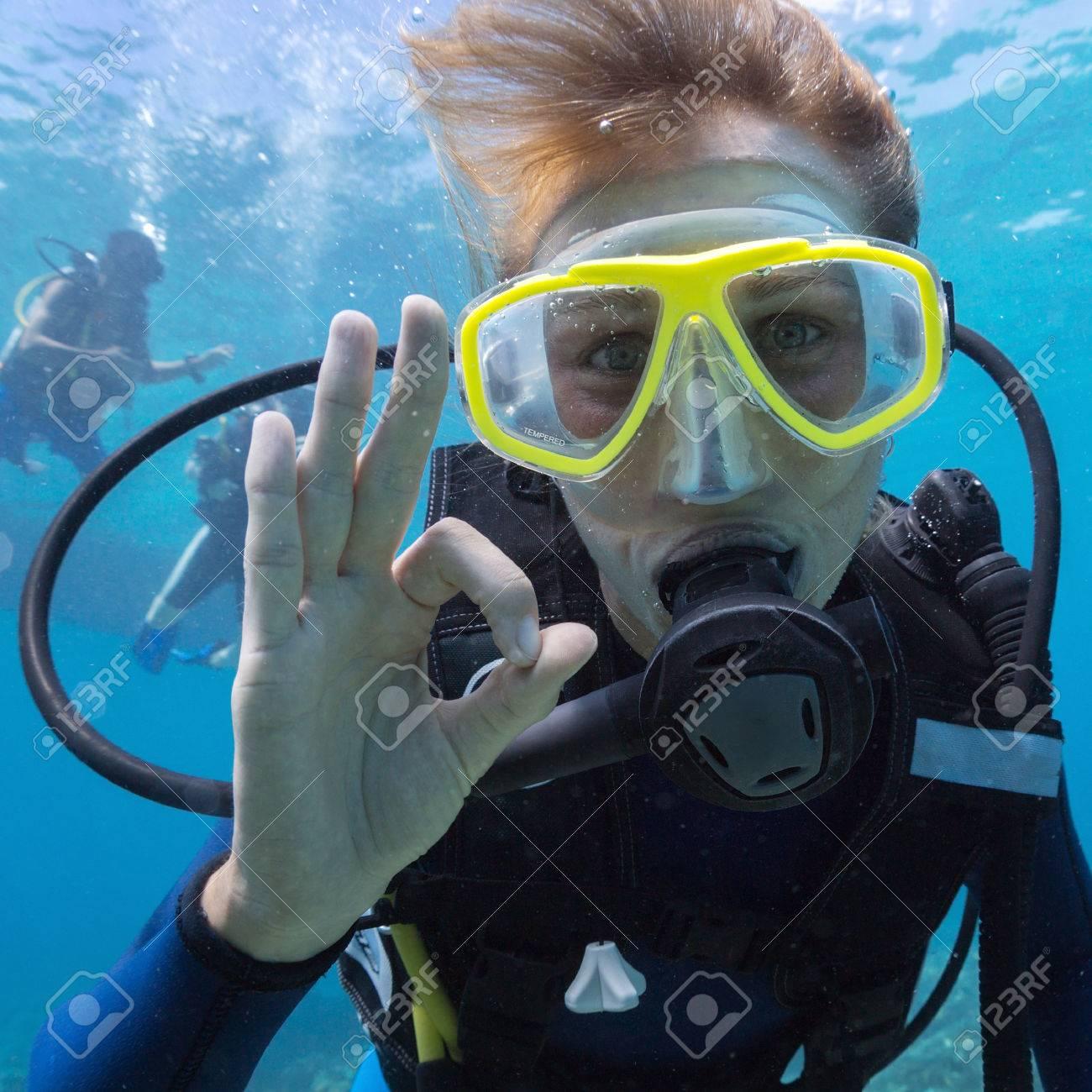 https://previews.123rf.com/images/mihtiander/mihtiander1408/mihtiander140800067/30850452-Plong-e-sous-marine-Femme-plongeur-d-montrant-le-signal-ok-Banque-d'images.jpg