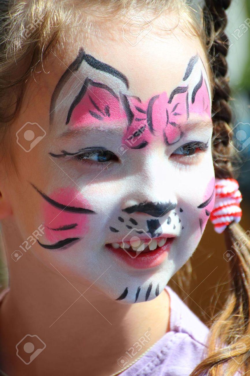 Banque d\u0027images , mignonne petite fille avec le maquillage de chat visage  peint