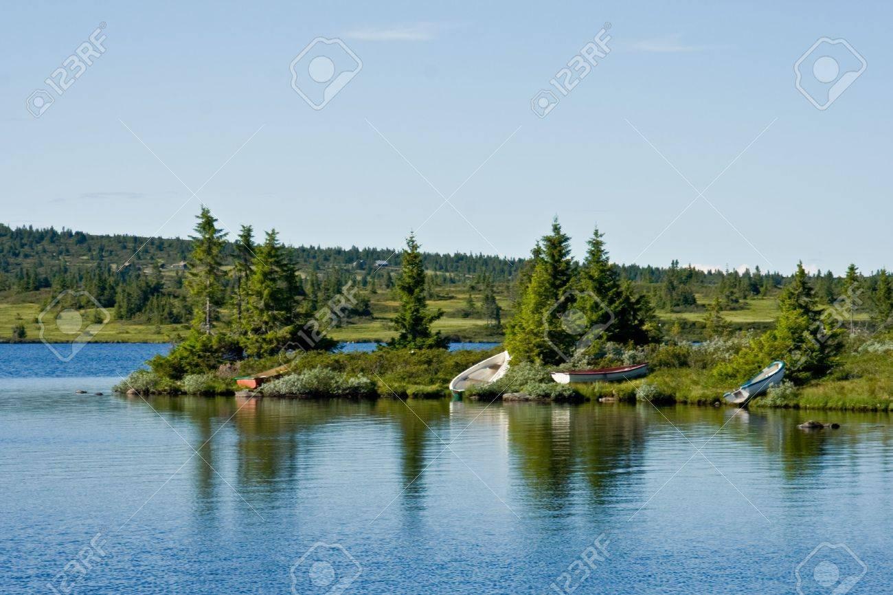 Bootjes aan de rand van het meer - 12730723