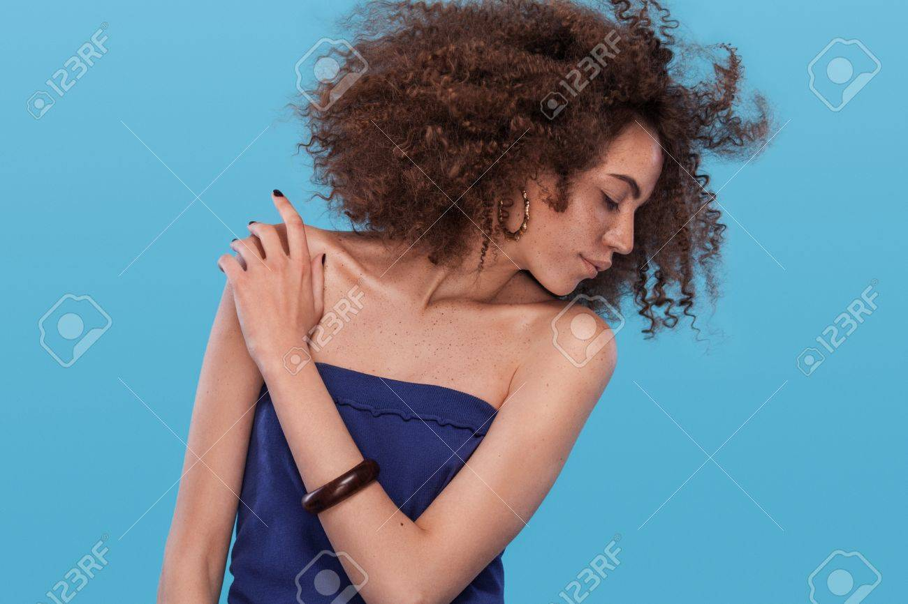 Portrait De La Beaute De La Fille Avec Une Coiffure Afro Femme Qui