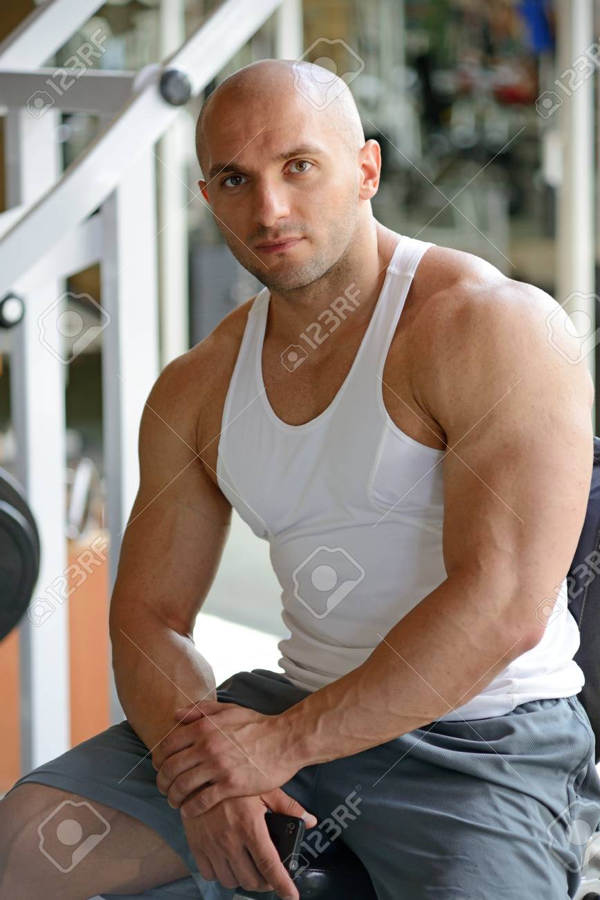 bodybuilder in gym Stock Photo - 19942904