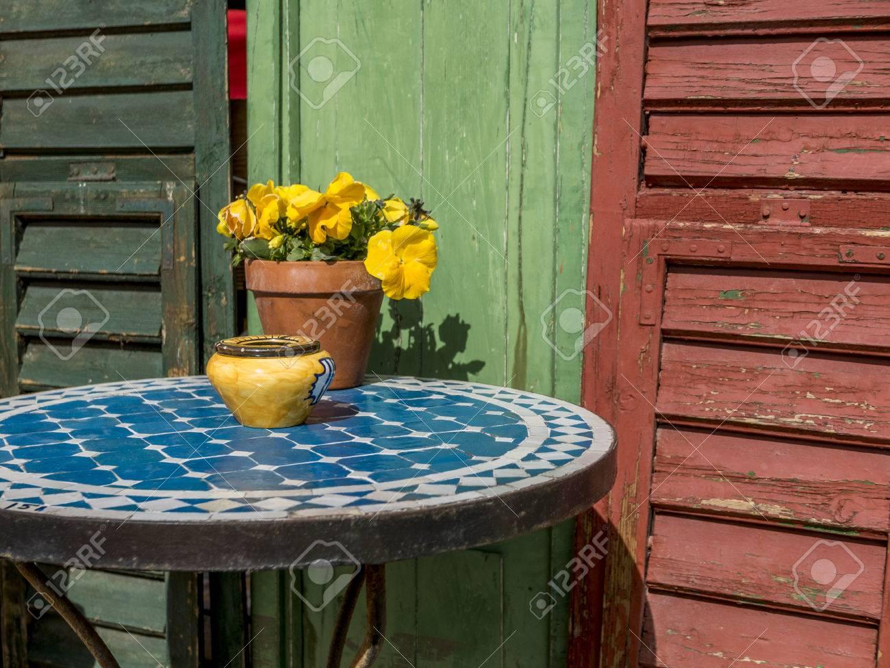Mosaik Tisch Mit Alten Bunten Holzernen Fensterluken Lizenzfreie