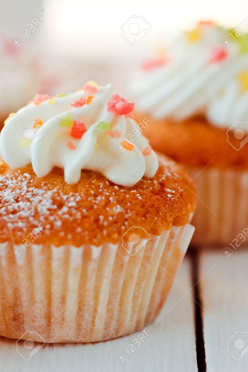 Schöne Kuchen Kleine Kuchen Auf Einem Weißen Holztisch Standard Bild    50875911