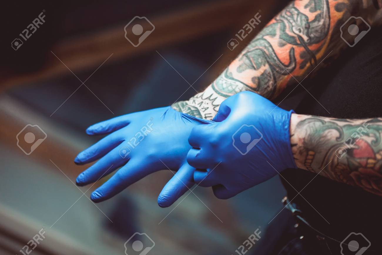 Artista Del Tatuaje Maestro Prepara Herramientas Para Hacer Tatuajes