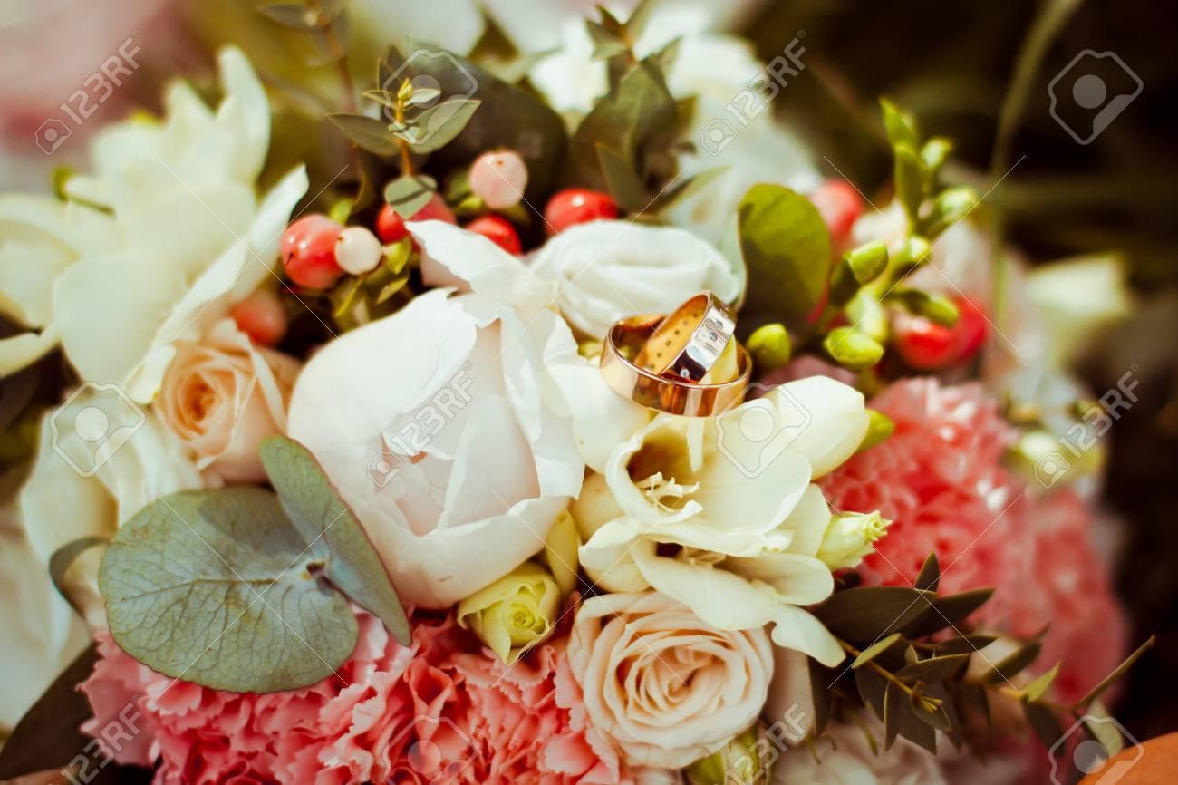 Belles Bagues De Fiançailles Se Trouvent Sur Le Bouquet De Mariage Original De Fleurs