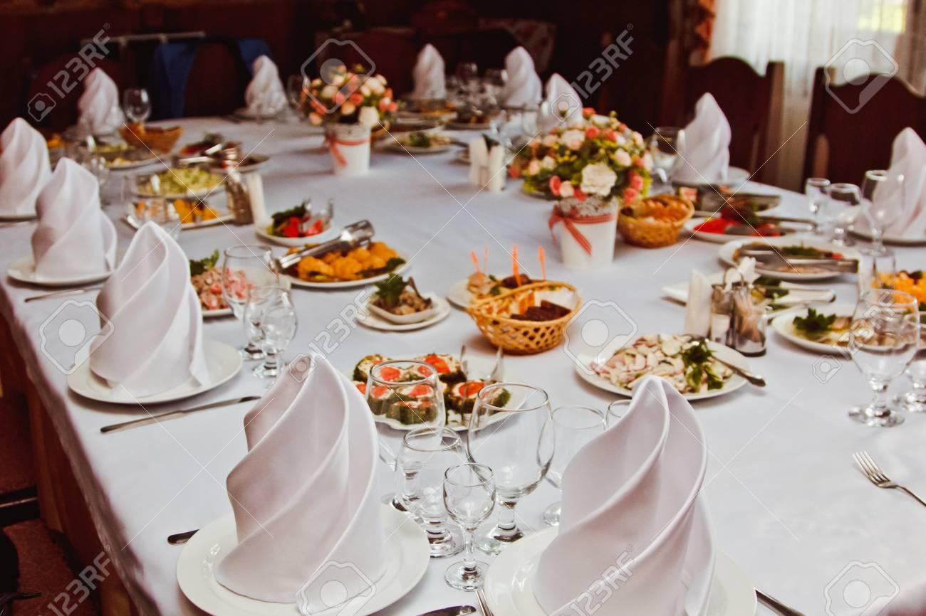 Elegant Belle Table Decoree Avec Des Repas Et La Vaisselle A