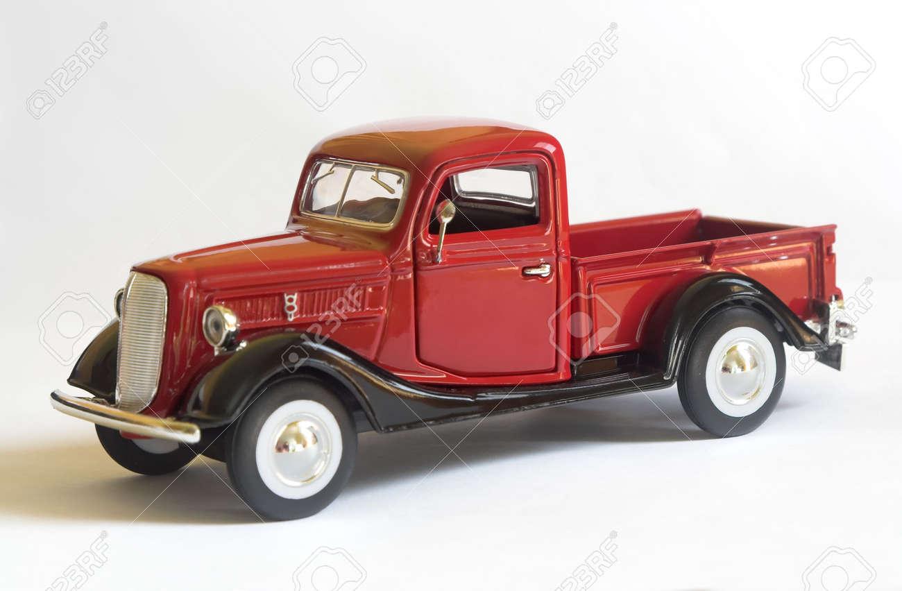 赤いモデルのフォード ピックア...