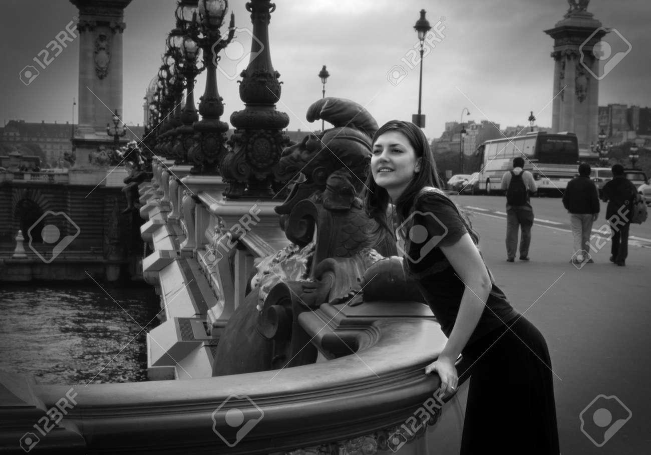 Photo En Noir Et Blanc Dune Fille La Recherche De Quelquun à Partir Dun Pont Scène De Rue à Paris