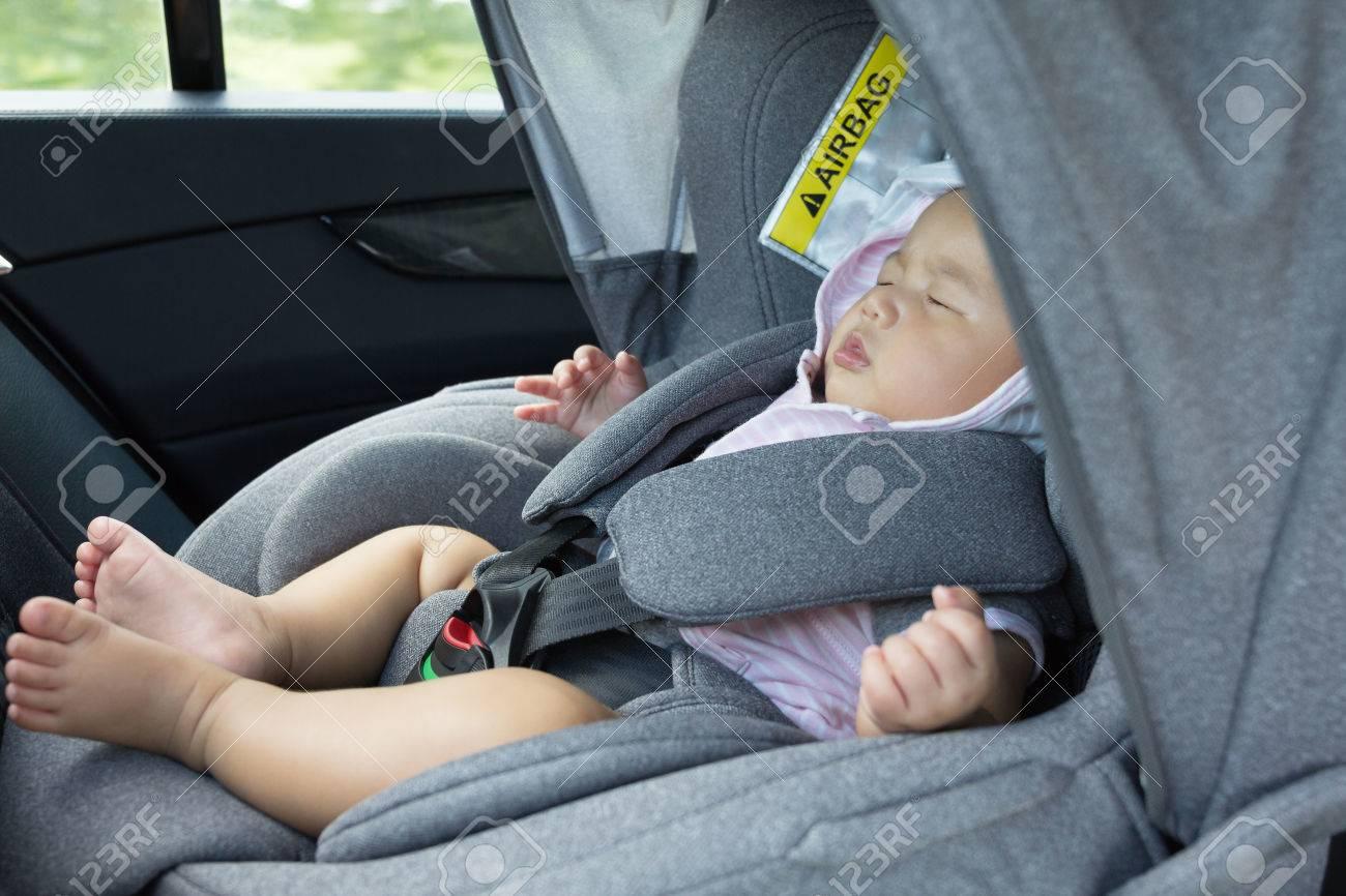 b11965ad1 Close Up Asiática Dormir Lindo Bebé Recién Nacido En El Asiento Del Coche  Moderno. Niño Recién Nacido Que Viaja Seguridad En La Carretera.