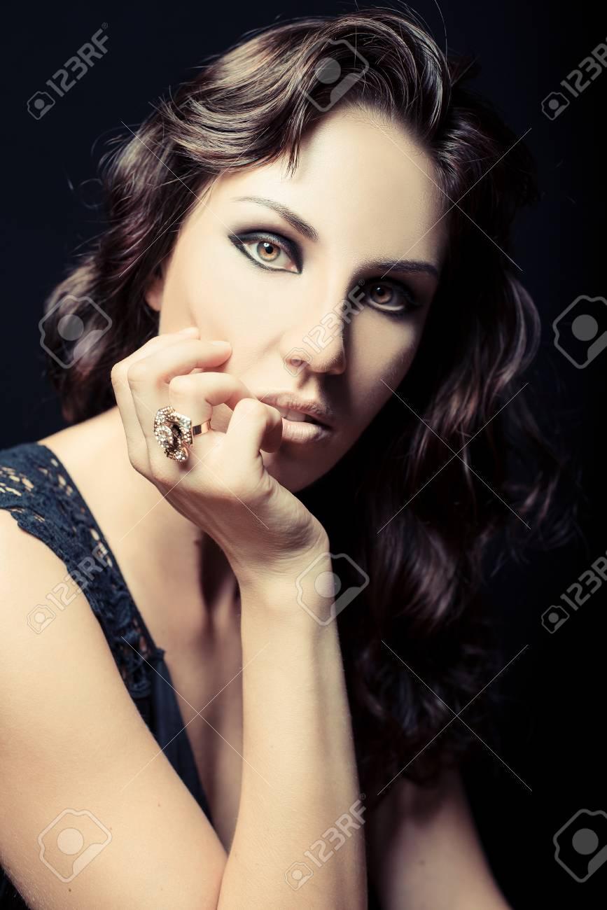 Foto de archivo - Rizos hermosa mujer con pelo largo saludable. Peluquería.  Peinado. Retrato de belleza moda de glamour la niña modelo. Piel Potencia y  ... ab34699a85cf