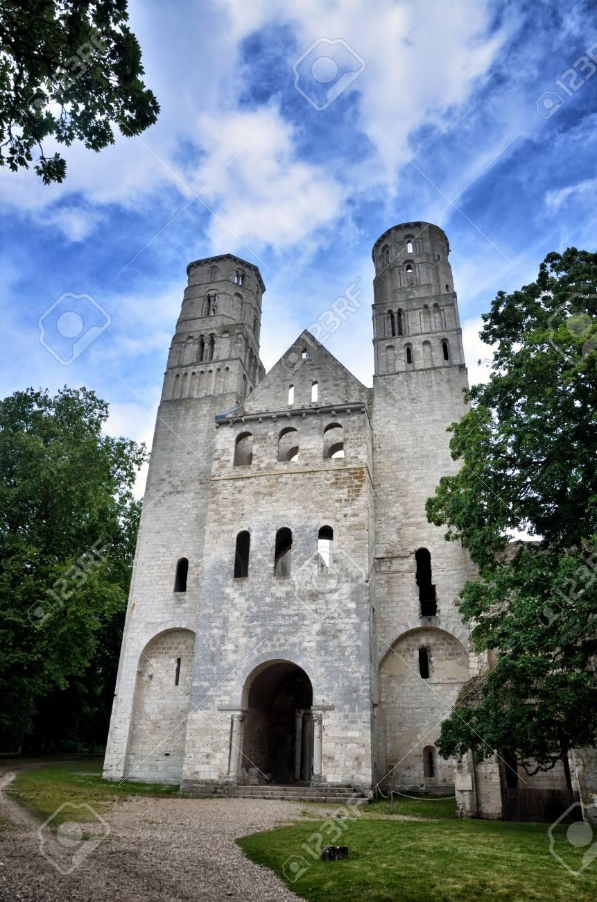 L Abbaye De Jumieges En Normandie Est L Une Des Plus Belles Ruines Romantiques Et Remarquables De France Banque D Images Et Photos Libres De Droits Image 51201364