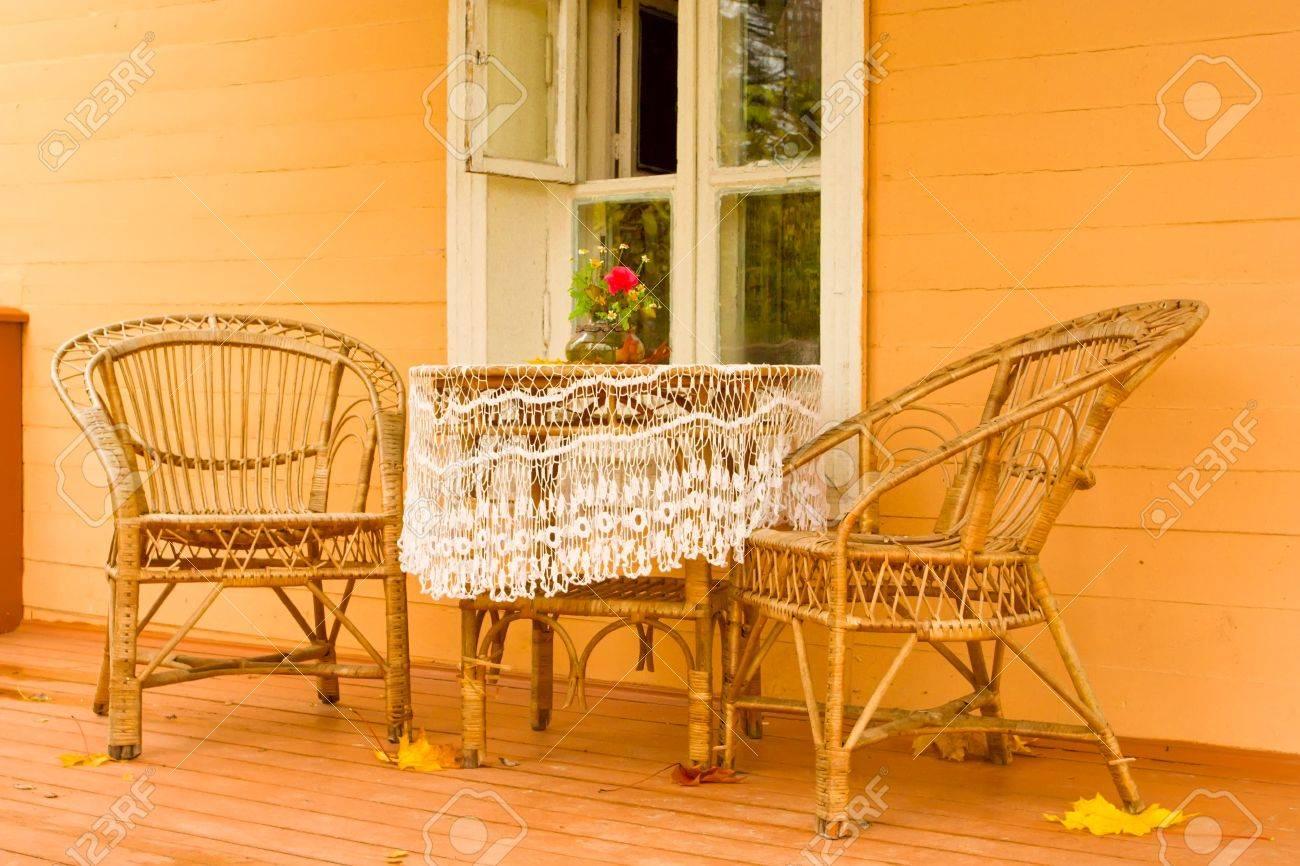 Mimbre Acogedora Terraza Con Mobiliario De Jardín En Una Tradicional Casa De Pueblo Ruso