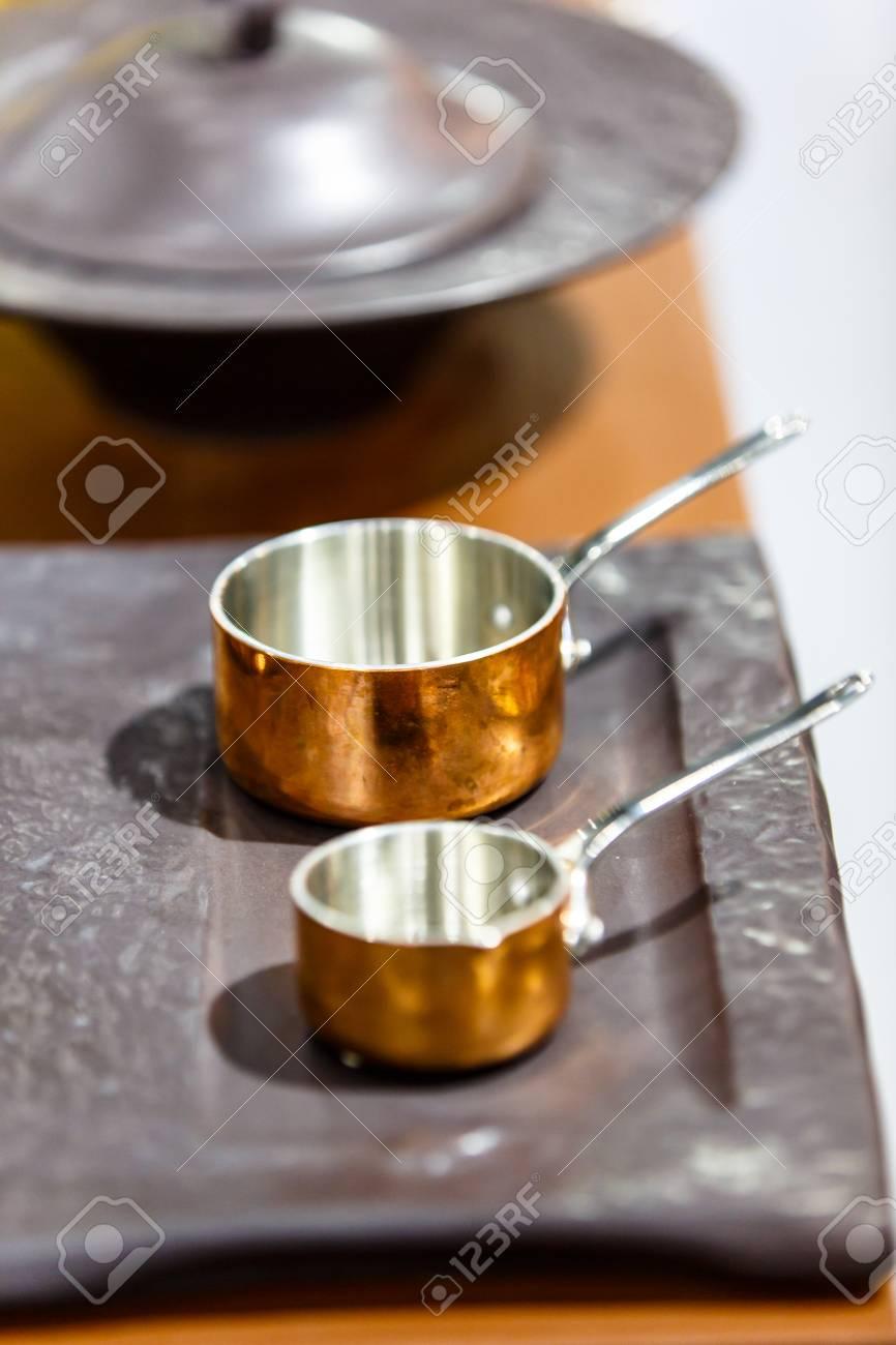 Appendi Pentole A Muro rame pentole, pentole e padelle sono sul bancone nel negozio. molto bella  pentole lucido è un sogno per ogni chef.