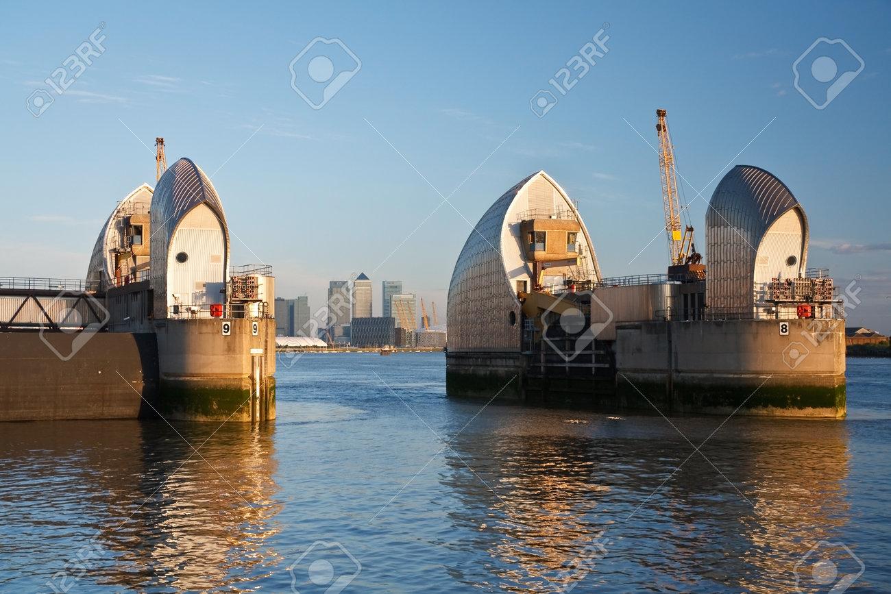 Banque Du0027images   La Barrière Anti Inondation De Londres Sur La Tamise Et  Canary Wharf