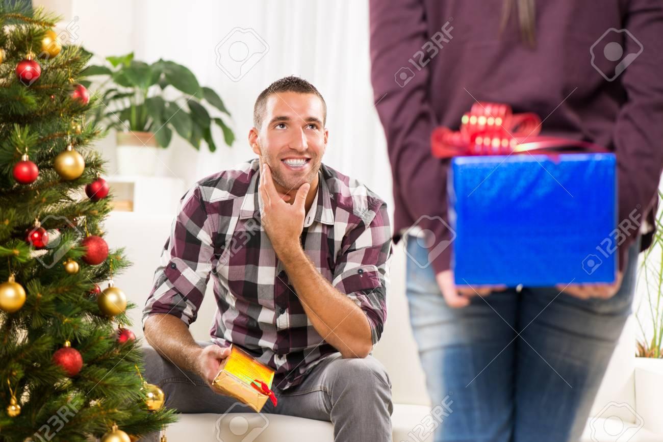 Junges Schönes Mädchen Hat Ein Weihnachtsgeschenk Für Ihren Freund ...