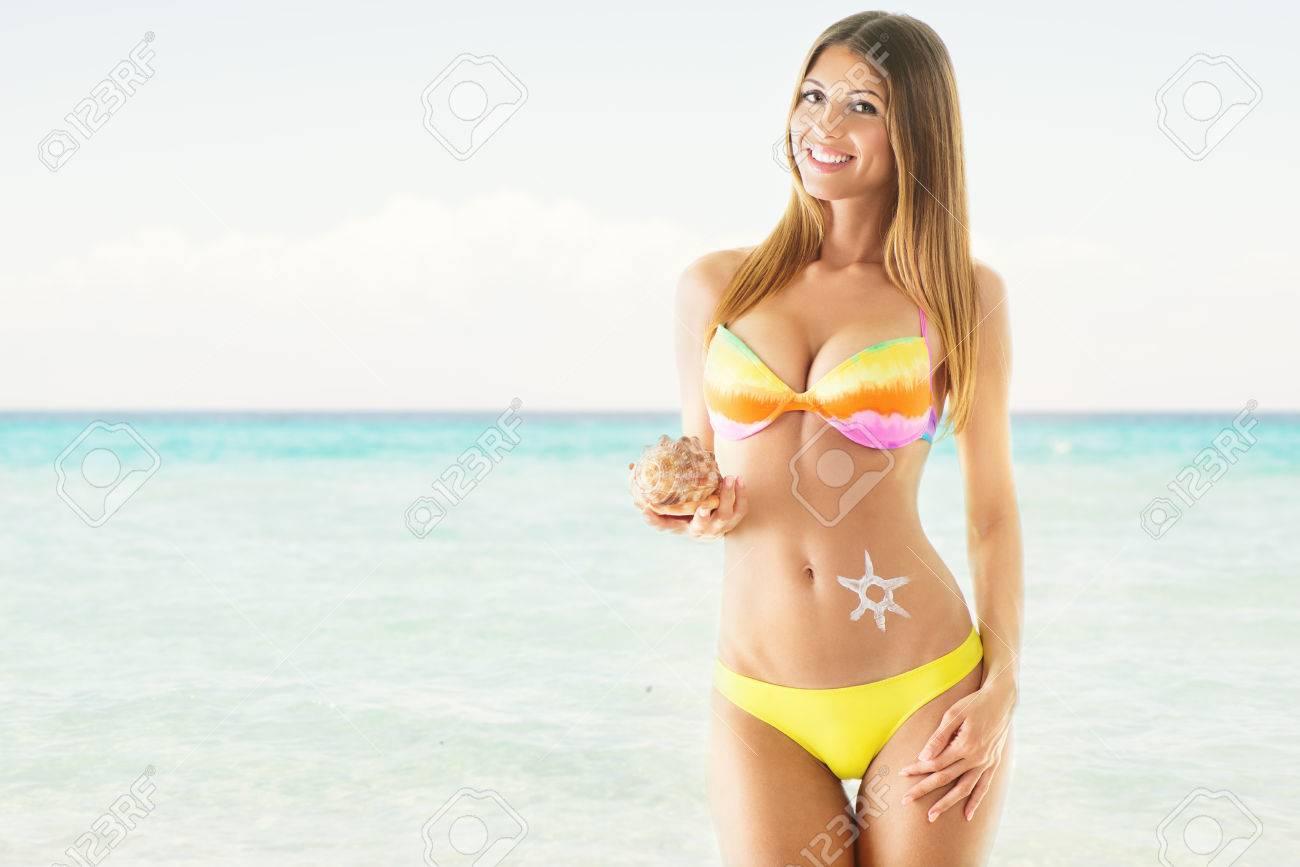 PlayaCon ConchaMirando En A BikiniLa Atractiva Una Chica Cámara ED9IW2YH