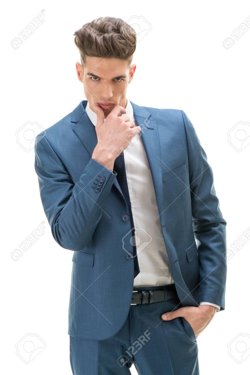 El Estudio Tiró De Un Hombre Joven Y Guapo Y Bien Vestido Fondo
