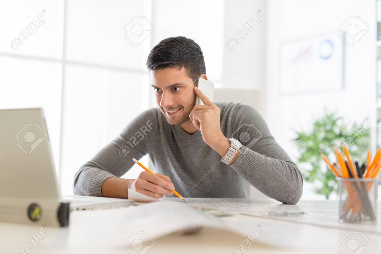 Jeune entrepreneur m le arabe assis au bureau dans le bureau en