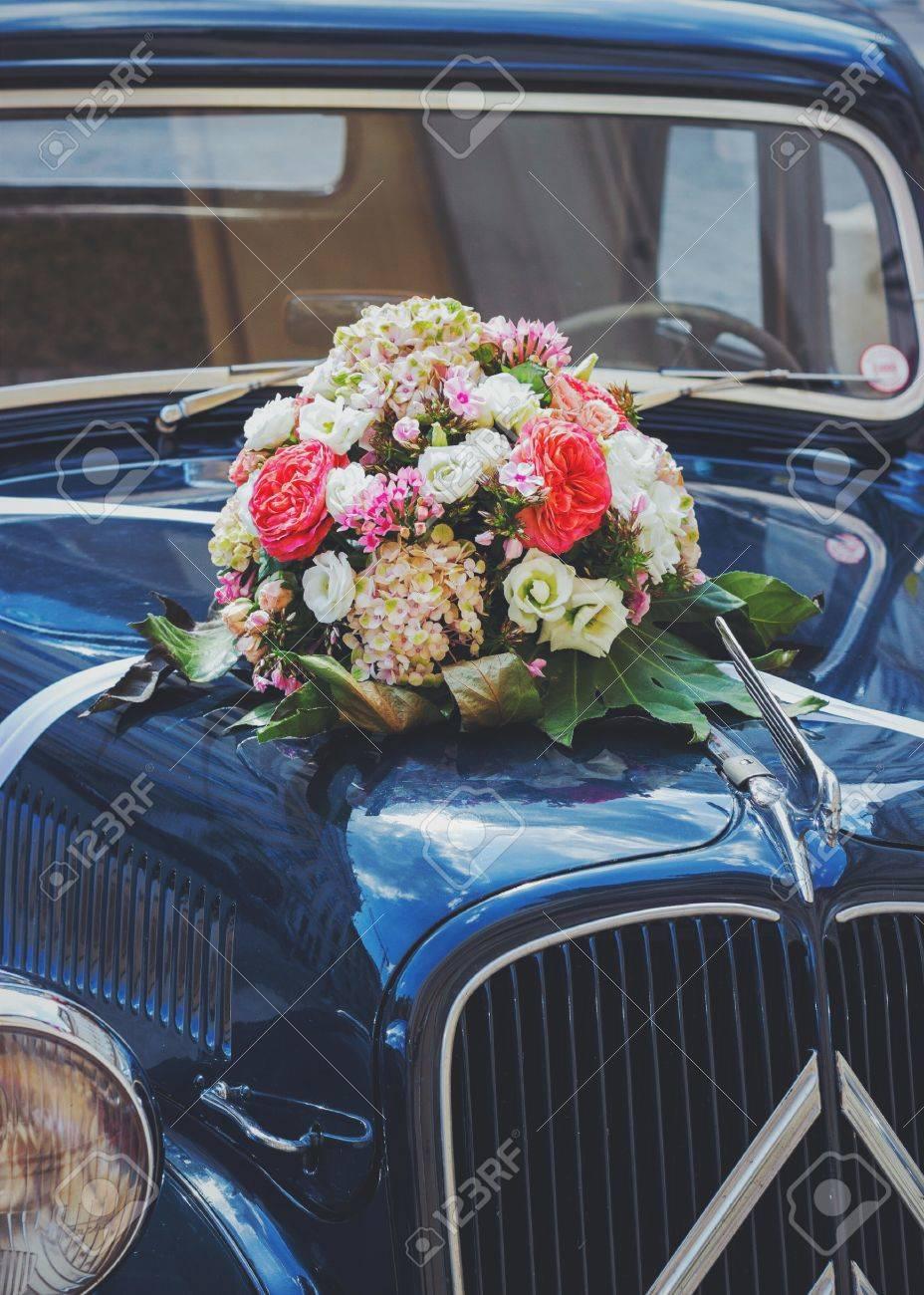 Vintage Hochzeit Auto Mit Blumen Lizenzfreie Fotos Bilder Und Stock