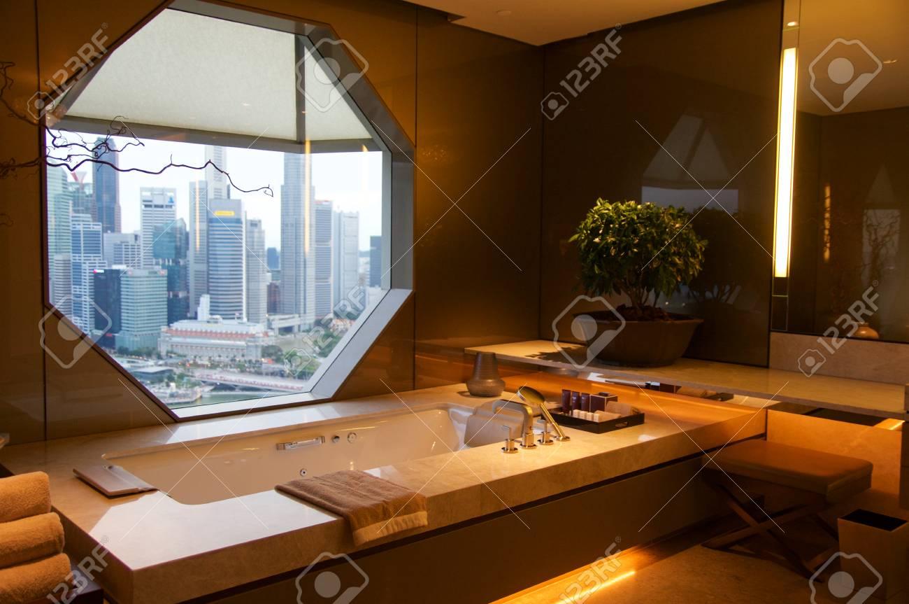 Singapour - 23 juillet 2016: chambre d\'hôtel de luxe avec un intérieur  moderne, belle grande salle de bains en marbre.