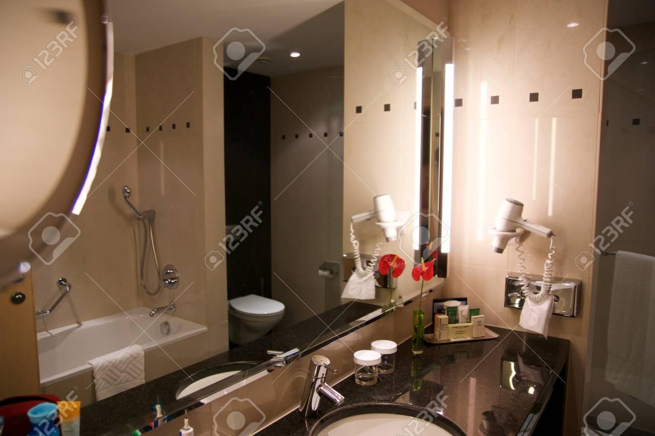Vienne, Autriche - 28 avril 2017: Intérieur de salle de bains d\'hôtel de  luxe et de mobilier haut de gamme avec une décoration de style moderne