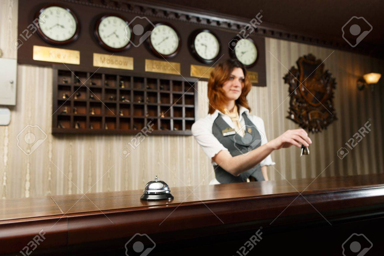 Moderne réception de lhôtel contre un bureau avec cloche