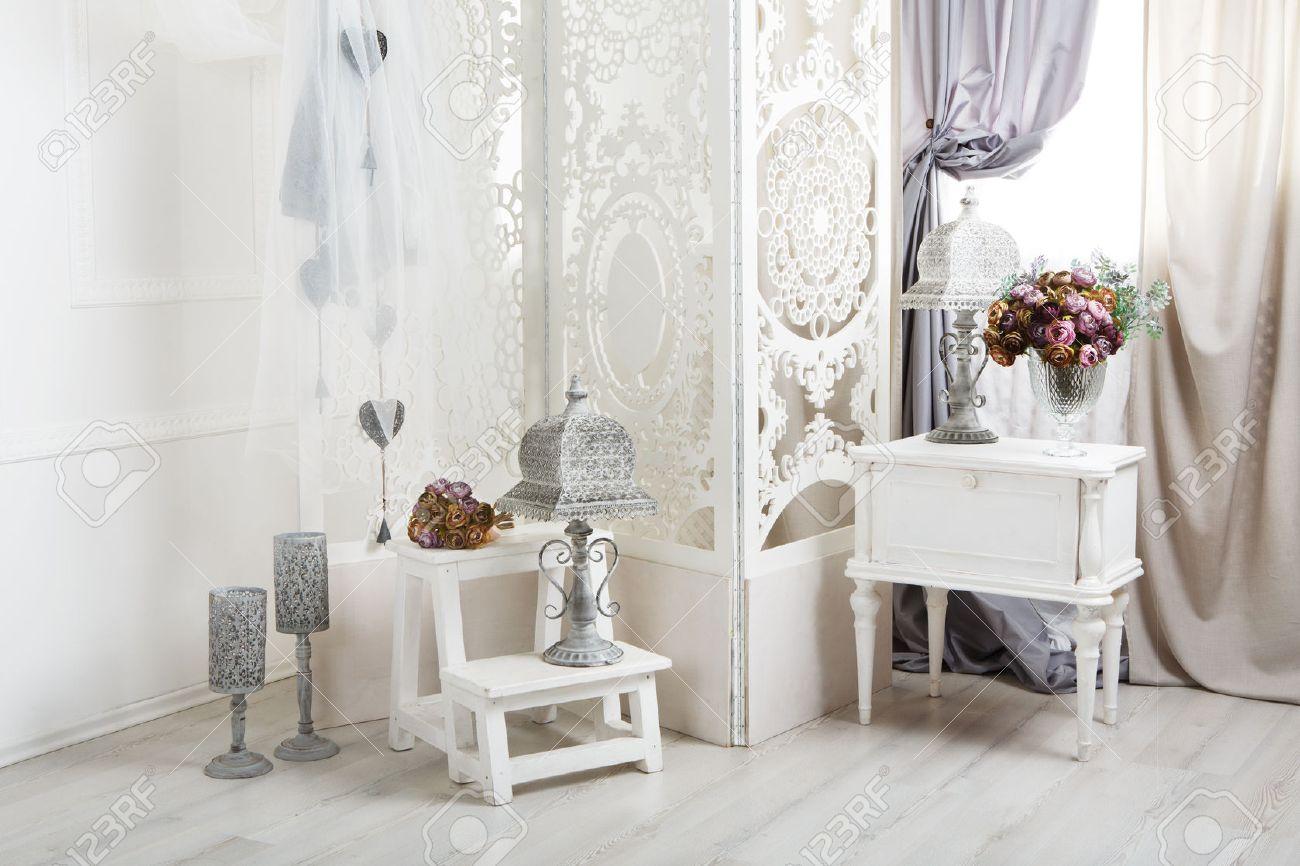 Décoration de mariage, chambre décorée pour shabby mariage rustique chic,  avec table de chevet, paravent ou séparation de pièce avec tracery ...