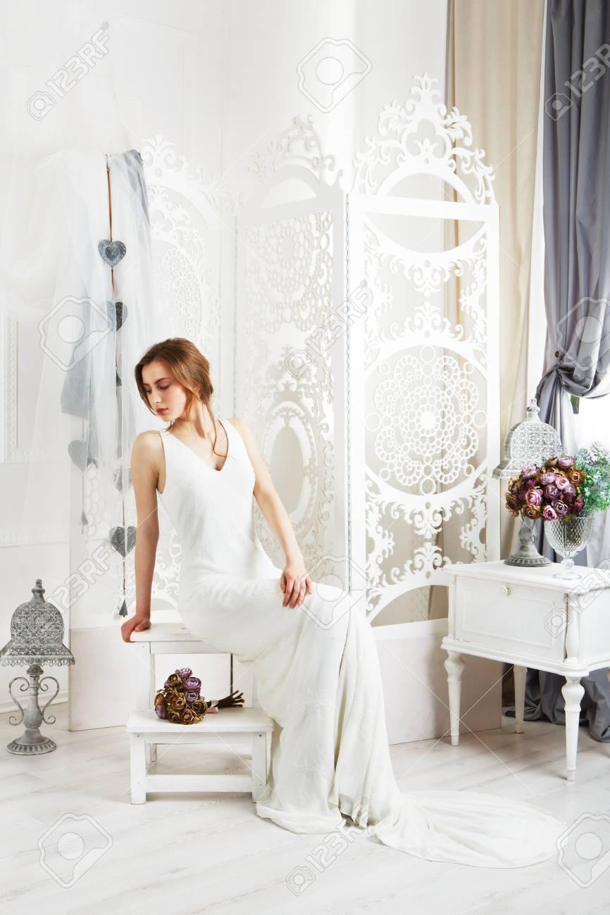 1f2362c4619 Banque d images - Belle jeune mariée en robe de mariage de cru à  l intérieur.