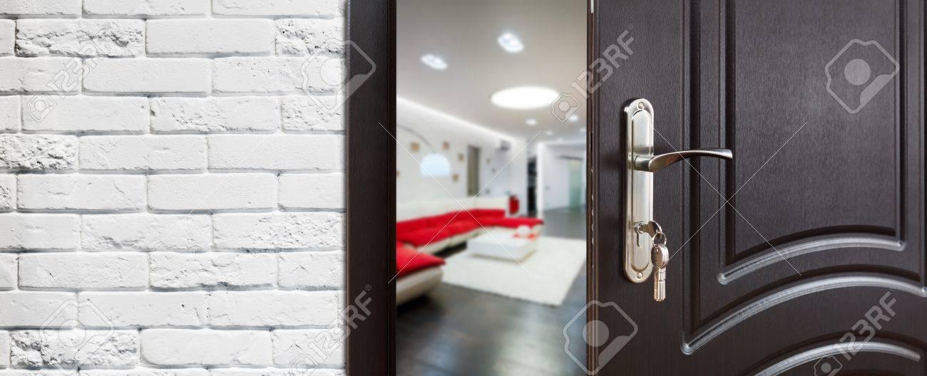 Wohnzimmer Tür, die hälfte geöffnete tür in ein wohnzimmer. lizenzfreie fotos, Design ideen